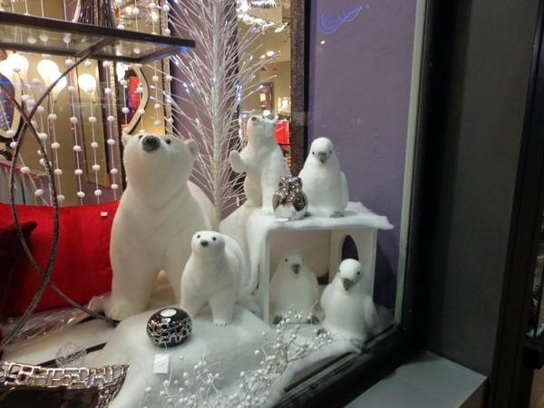 jolie vitrine de noel ours blancs oiseaux. Black Bedroom Furniture Sets. Home Design Ideas